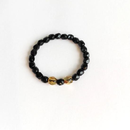 Trendiger Ring — Schwarze Glasperlen